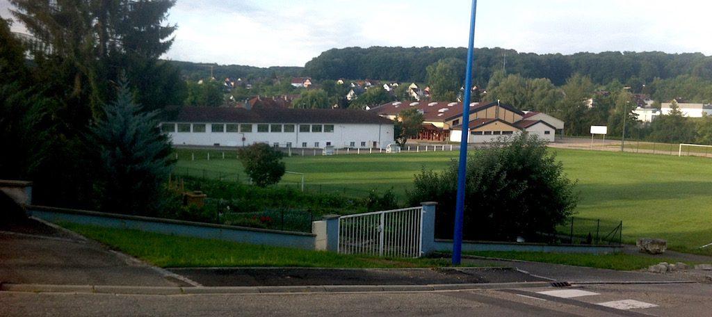 Vue de la rue de l'Ill sue le terrain de foot de Waldighoffen